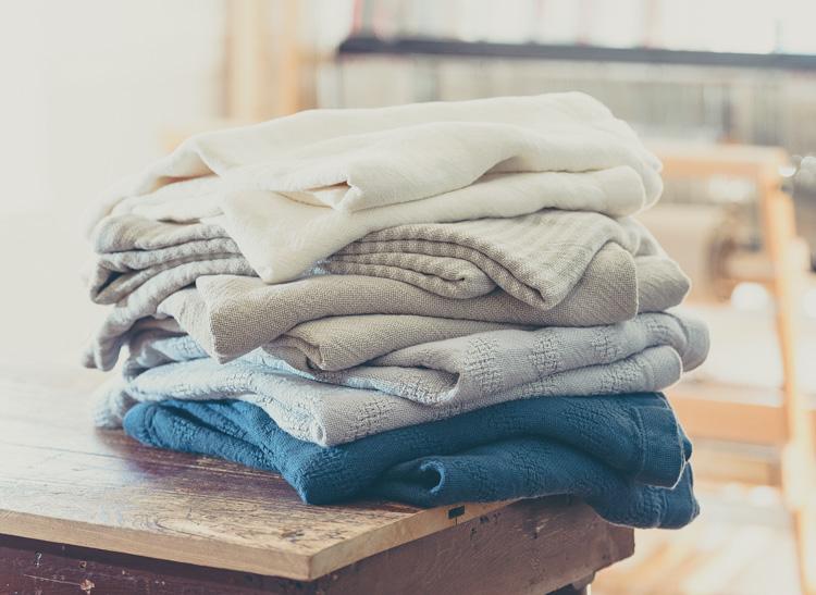 10 consejos para guardar la ropa en perfecto estado for Cajas para guardar ropa armario