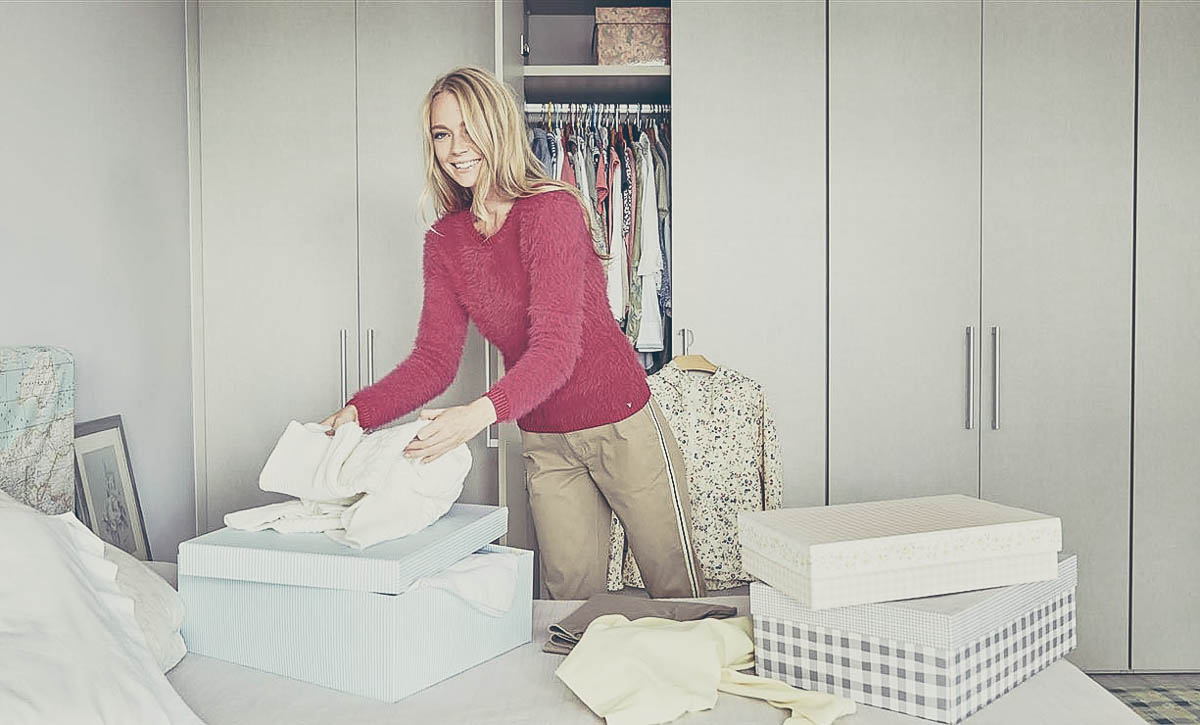 Trucos para guardar tu ropa de verano for Cajas de plastico para guardar ropa